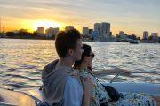 Cặp đôi tận hưởng hoàng hôn trên du thuyền sông Sài Gòn